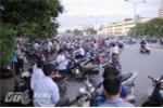 Lượng lớn xe máy tràn ra đường Giải Phóng đoạn qua ĐH Xây dựng - Ảnh: Tùng Đinh