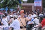 Lực lượng CSGT sớm có mặt, phân luồng phương tiện - Ảnh: Tùng Đinh