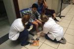 Nữ sinh Đan Mạch quỳ gối chăm bệnh nhân nhí ở BV Bạch Mai: Có gì mà phải xấu hổ!
