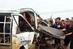 Dân dùng xà beng cạy cửa cứu tài xế và phụ xe khách kẹt trong cabin