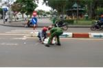 Chiến sĩ cảnh sát trẻ giúp dân sau vụ va chạm giao thông khiến người dân khen nức nở