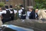 Thăm nạn nhân vụ cháy ở London, Thủ tướng Anh bị người dân rượt đuổi
