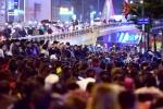 Dòng người ngồi tràn ra đường dâng sao giải hạn ở chùa Phúc Khánh