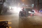Mưa lớn kèm theo lốc xoáy kinh hoàng tại TP.HCM