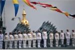 Các thủy thủ trên một con tàu tham gia lễ diễu binh. (Ảnh: RIA Novosti)