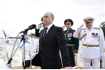 Tổng thống Nga Vladimir Putin trên chuyến thị sát trước giờ khai mạc lễ duyệt binh của hải quân Nga tại Saint Perterburg. (Ảnh: RIA Novosti)