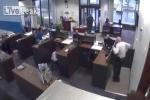Pha đấu súng khủng khiếp giữa bảo vệ và tên cướp ngân hàng