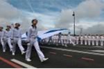 Các thủy thủ rước một lá cờ của Hải quân Nga trong lễ duyệt binh. (Ảnh: RIA Novosti)
