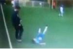 Huấn luyện viên đá cầu thủ ngã chổng vó trên sân bóng