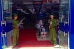 Xôn xao hình ảnh đôi nam nữ cầm súng đón khách tại siêu thị: Trần Anh nói gì?