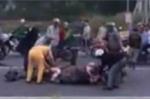 Phẫn nộ cảnh cầm dao xẻ thịt trâu ngay giữa quốc lộ
