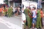 Video: 3 thanh niên kẹp cổ, đấm tới tấp vào mặt cảnh sát