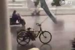 Xe đạp tự chạy 'điên cuồng' trên phố trong bão Nida