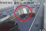 Xe tải 'đảo như rang lạc', đổ kềnh thảm hại trên cao tốc