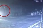 Tàu hỏa đâm nát xe tải, tài xế nhanh chân nhảy khỏi cabin thoát chết