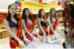 Dàn người mẫu Trung Quốc ăn mặc thoáng mát đón khách nơi công cộng