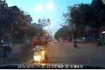 Clip: Phụ nữ đi xe máy ngược chiều gặp phải tài xế 'cứng'