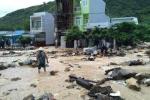 Ảnh, video: Mưa lũ tràn về trong đêm, đường phố Nha Trang tan hoang