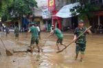 Nước lũ rút dần, dân và quân Yên Bái hì hục cọ rửa bùn đất nhầy nhụa