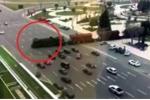 Clip sốc: Tàu hỏa không 'thèm' cảnh báo, cứ thế lao vun vút qua cao tốc tấp nập xe