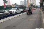 Bất chấp dải phân cách cứng, nhiều phương tiện vẫn nghênh ngang lấn làn buýt nhanh