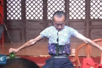 Bậc thầy kungfu khoe tuyệt kỹ tháo khớp, ních người vào chiếc áo tí hon
