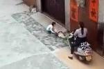 Clip phụ nữ Trung Quốc cố ý cán xe máy qua người bé 5 tuổi gây phẫn nộ