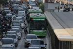 Clip: Taxi cả gan tạt đầu vỡ tan kính xe buýt nhanh BRT