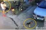 Người phụ nữ bế trẻ nhỏ, dửng dưng nhìn bé trai bị ô tô cán gây phẫn nộ