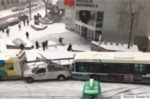 Ôtô húc đuôi nhau hàng loạt trên đường phủ tuyết