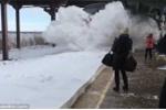 Clip: Ngỡ ngàng cảnh tàu hỏa lao đi trong tuyết đẹp ngoạn mục