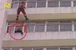 Clip: Lính cứu hỏa tung cước đạp người định nhảy lầu tự tử bay ngược vào phòng