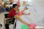 Hinh anh Chang trai liet 2 chan phai ngoi xe lan dam me thien nguyen 5