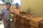 CSGT Hà Nội bắt giữ xe ô tô 7 chỗ vận chuyển gỗ pơ mu trong đêm
