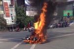 Xe máy đang chạy bỗng cháy trơ khung sắt trên phố Thủ đô