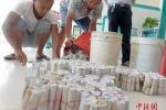 Nhân viên ngân hàng 'toát mồ hôi' khi khách đưa 200 cọc tiền xu gửi tiết kiệm