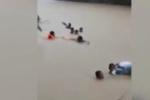 Cầu treo 'rụng' gần hết, trẻ liều lĩnh lội suối sâu đến trường
