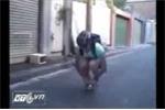 Há hốc mồm xem chàng trai đi xe đạp... nhỏ bằng bàn tay