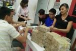 Huy động cả chục nhân viên đếm bao tải tiền lẻ cho khách mua iPhone 7 Red