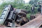 Xe quá tải 'đánh' sập cầu ở Hòa Bình, nhiều người hốt hoảng nhảy khỏi thùng xe