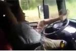 Tài xế 'ung dung' ngả người hút thuốc, lái xe bằng 1 chân