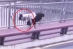 'Nữ quái' nhặt điện thoại của người nhảy cầu tự tử khiến dân mạng phẫn nộ