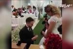 Xúc động cảnh chú rể quỳ gối, trao nhẫn cho con gái của cô dâu giữa hôn lễ
