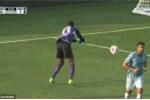 Bi hài thủ môn cật lực ném bóng vào... lưới nhà