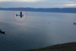 Khoảnh khắc máy bay chở khách lao xuống hồ nước sâu nhất thế giới khiến người xem lạnh gáy