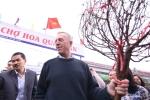 Đại sứ Mỹ Ted Osius đi chợ hoa mua đào chơi Tết
