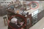 Clip: Cầm súng đi cướp tiệm súng, bị nhân viên bắn chết tại chỗ