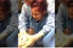 Xúc động cảnh bé gái 12 tuổi òa khóc sau khi đỡ đẻ thành công cho mẹ