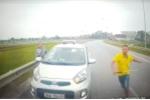 Tài -xế -taxi- đi -ngược -chiều -còn- rút- hung -k