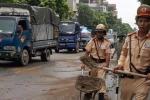 Xe máy trượt ngã do vết dầu loang trên phố, CSGT xúc cát rải đường